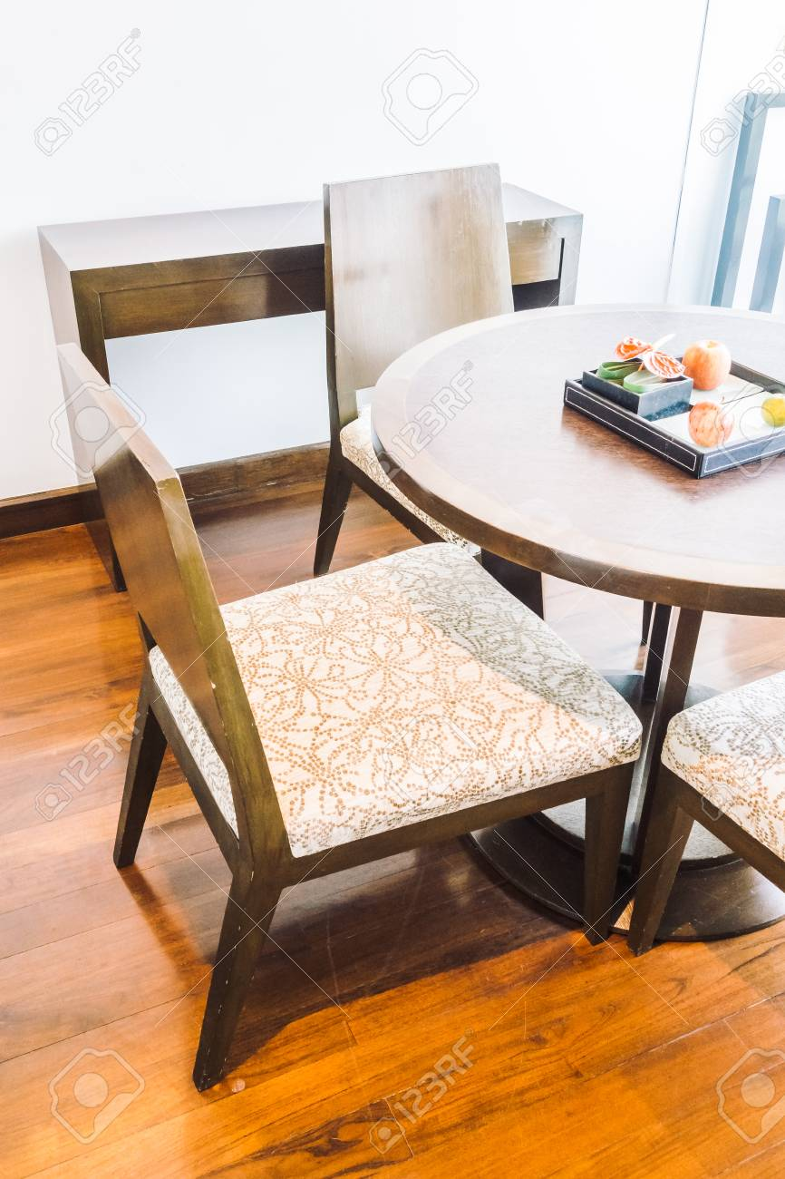 Déco Salle À Manger Vintage décoration de table et chaise vide à l'intérieur de la salle à manger -  filtre de lumière vintage