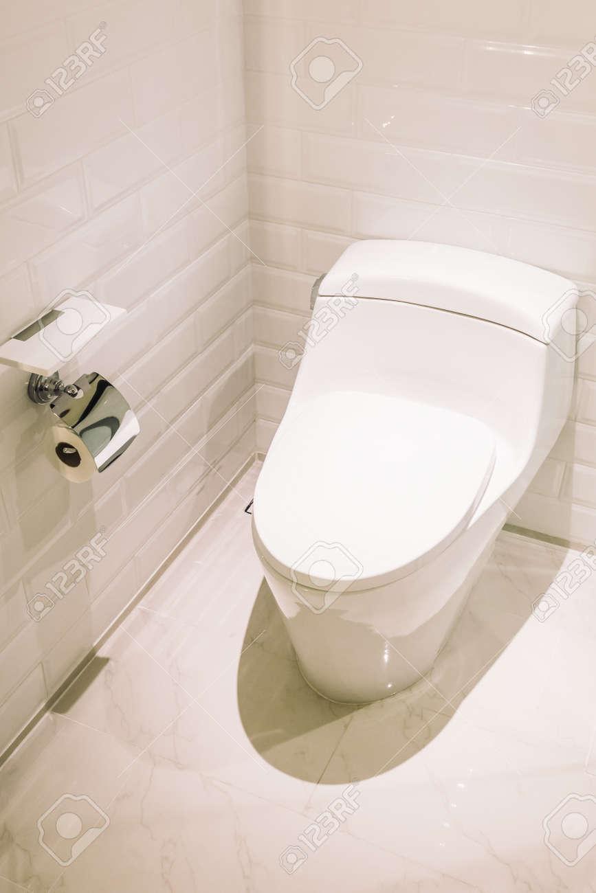 Décoration De Siège De Toilette Blanche Dans L\'intérieur De La Salle ...