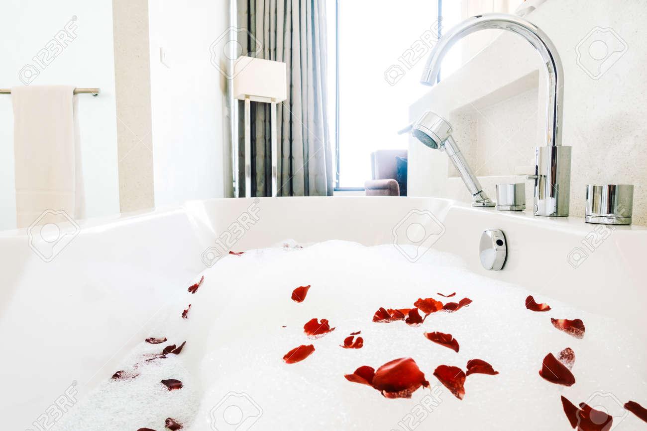 Vasca Da Bagno Vintage : Bella decorazione vasca da bagno bianco di lusso nel bagno interno