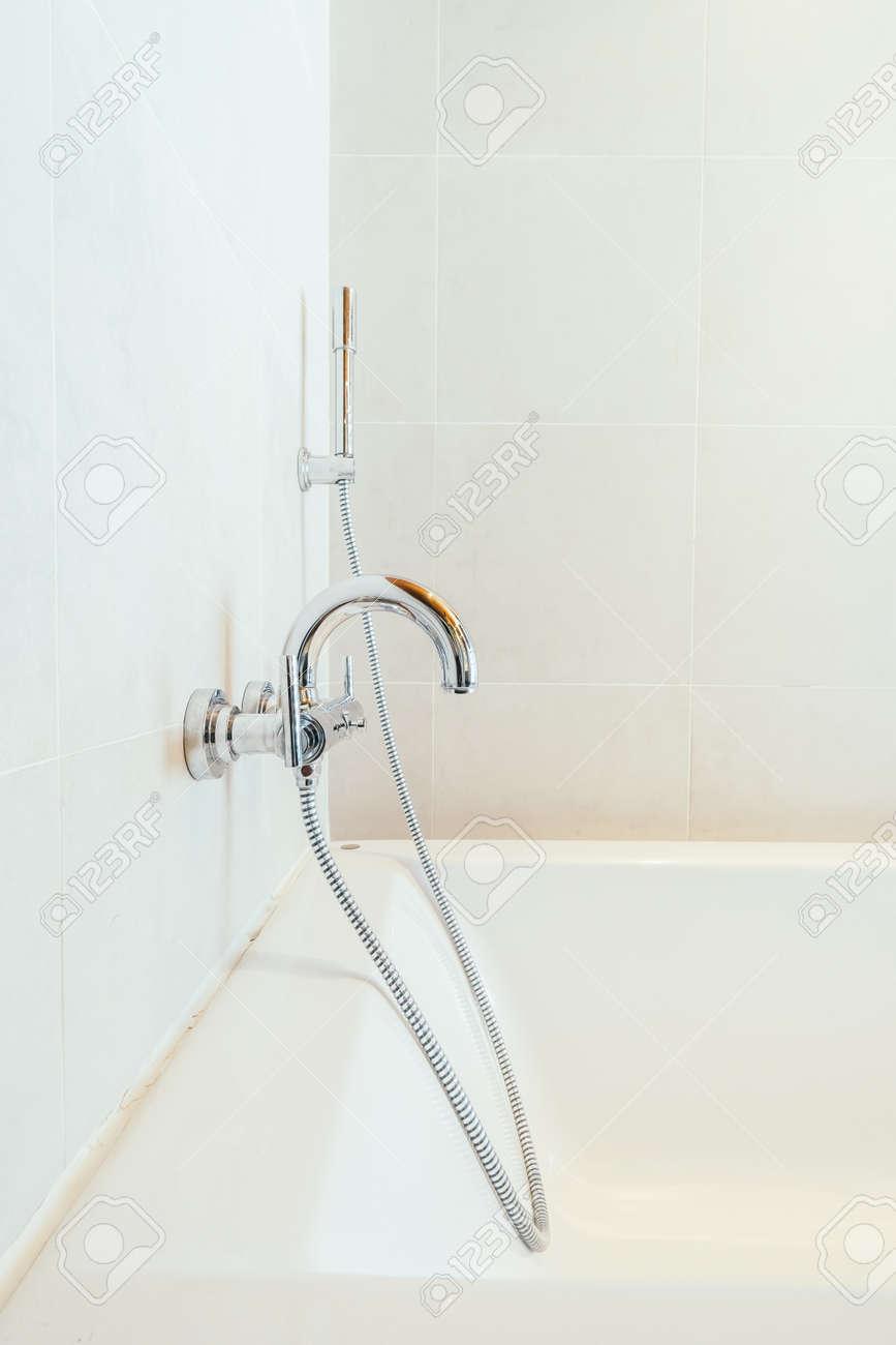 Decoración bañera blanca en el baño y cuarto de aseo interior - Filtro de  la vendimia