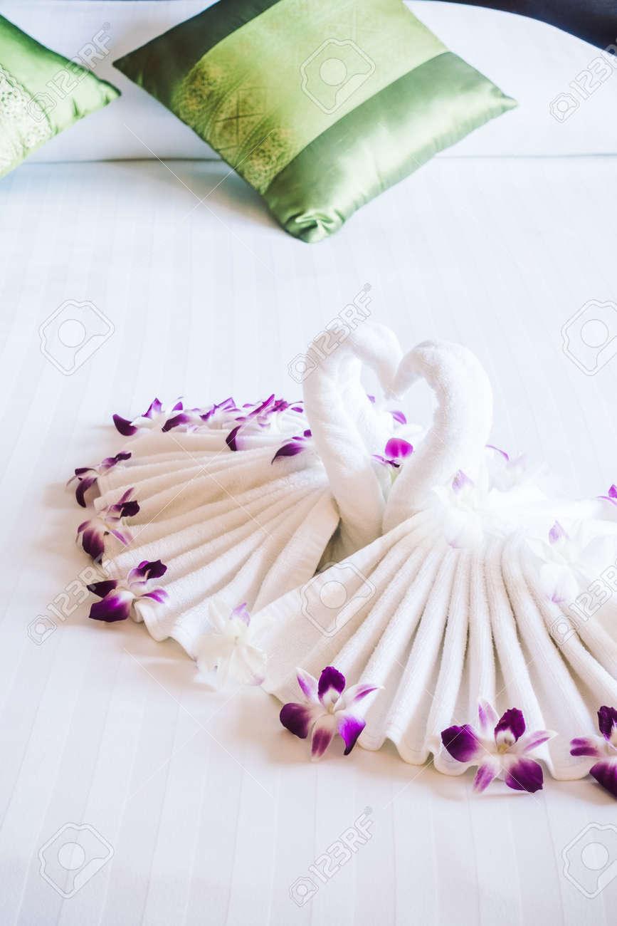 Romantische Konzept Für Hintergrund Mit Swan Handtuch Auf Dem Bett  Dekoration Im Schlafzimmer Interieur   Vintage