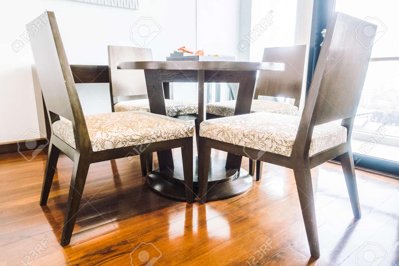 Mesa vacía y decoración de la silla en el interior del comedor - Vintage  light Filter