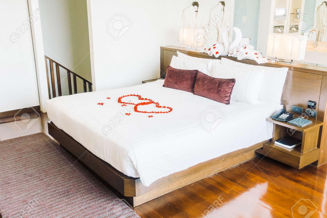 Bella lusso cuscino sulla decorazione letto in camera da letto - Vintage  Filter