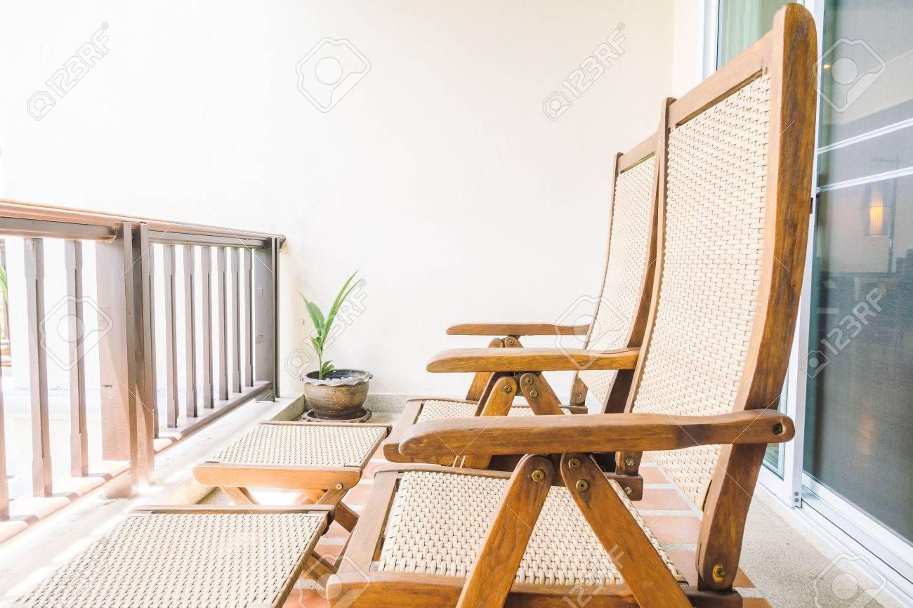 Silla Vacía En El Balcón Y Terraza De Decoración De Interiores Filtro De La Vendimia