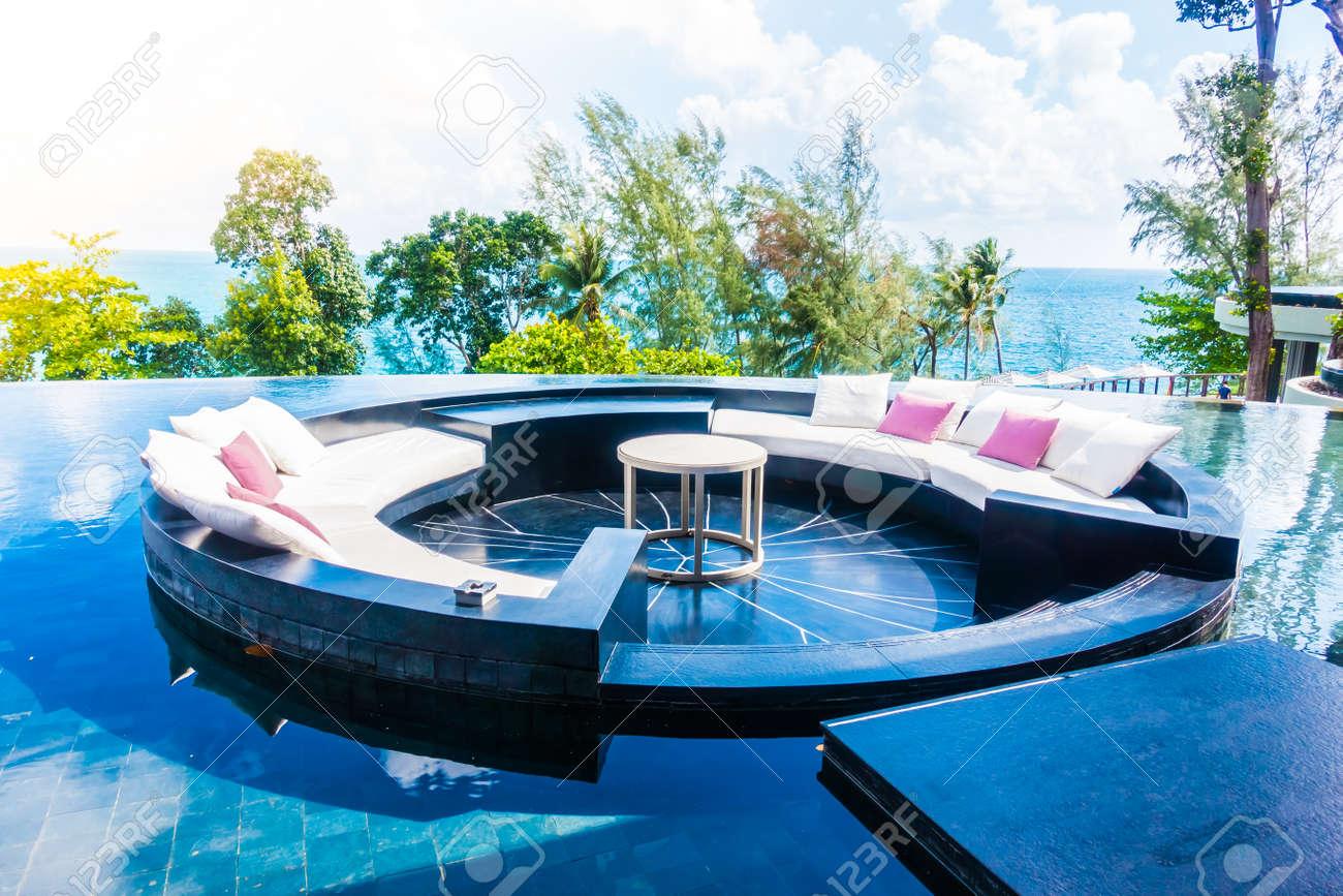 Décoration De Terrasse Extérieure belle terrasse extérieure de luxe avec oreiller sur la décoration de canapé  dans l'hôtel avec vue sur la mer et l'océan