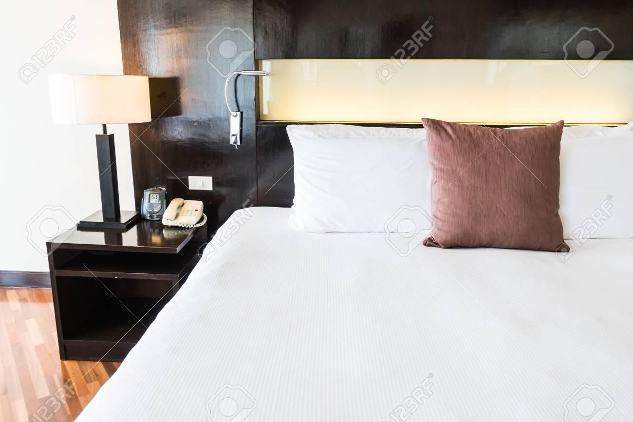 Bella comodità cuscino sul letto in decorazione d\'interni camera da letto -  Vintage Filter