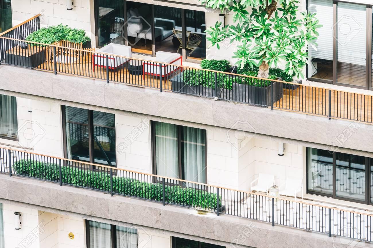Balcón De Lujo Hermosa Y Terraza Exterior Del Edificio Filtro De La Vendimia