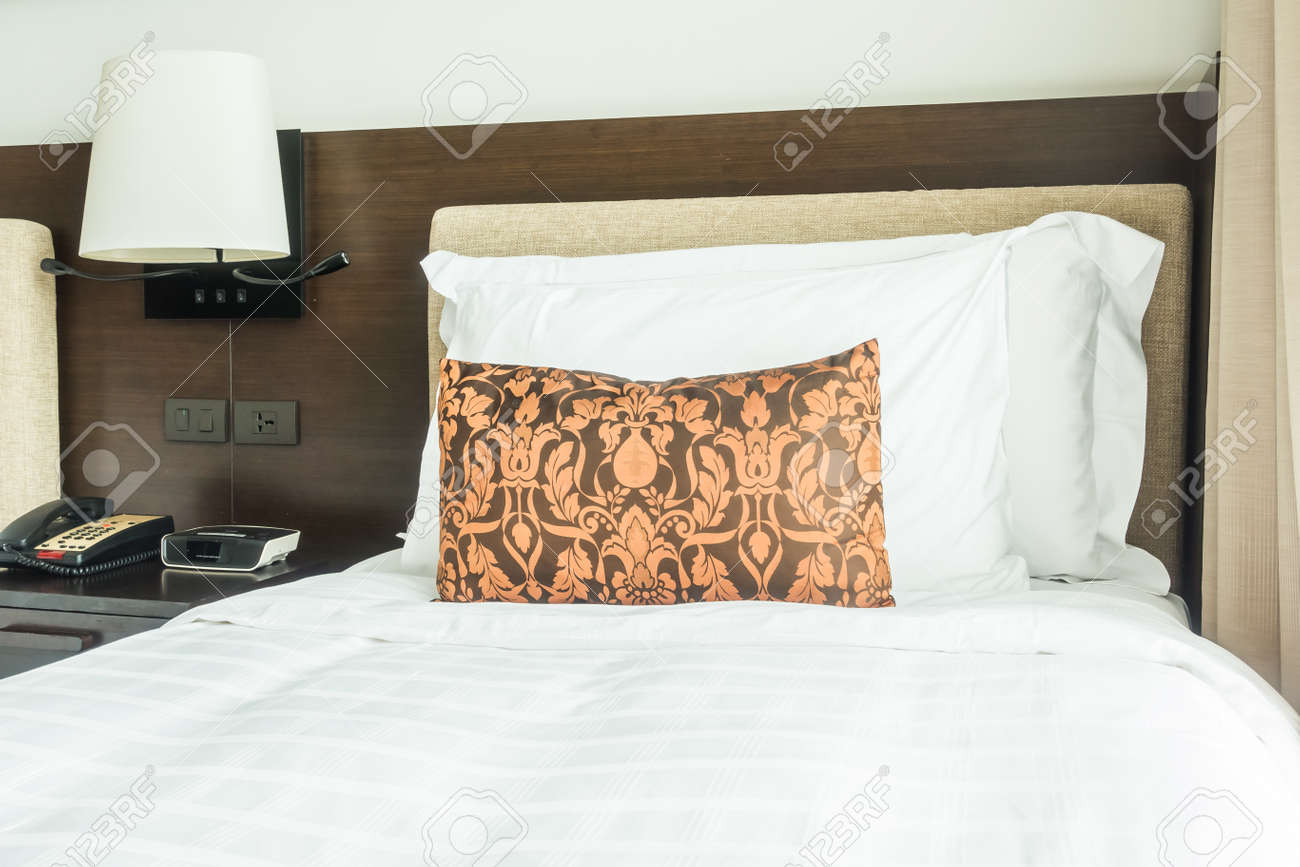 Standard Bild   Weißes Kissen Auf Dem Bett Dekoration Im Schlafzimmer  Interieur Mit Tischleuchte Lampe