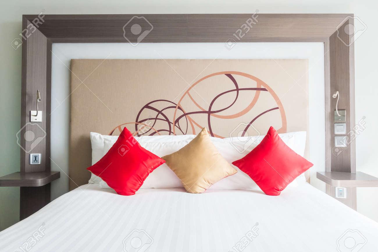 Schone Kissen Auf Dem Bett Dekoration Im Schlafzimmer Interieur