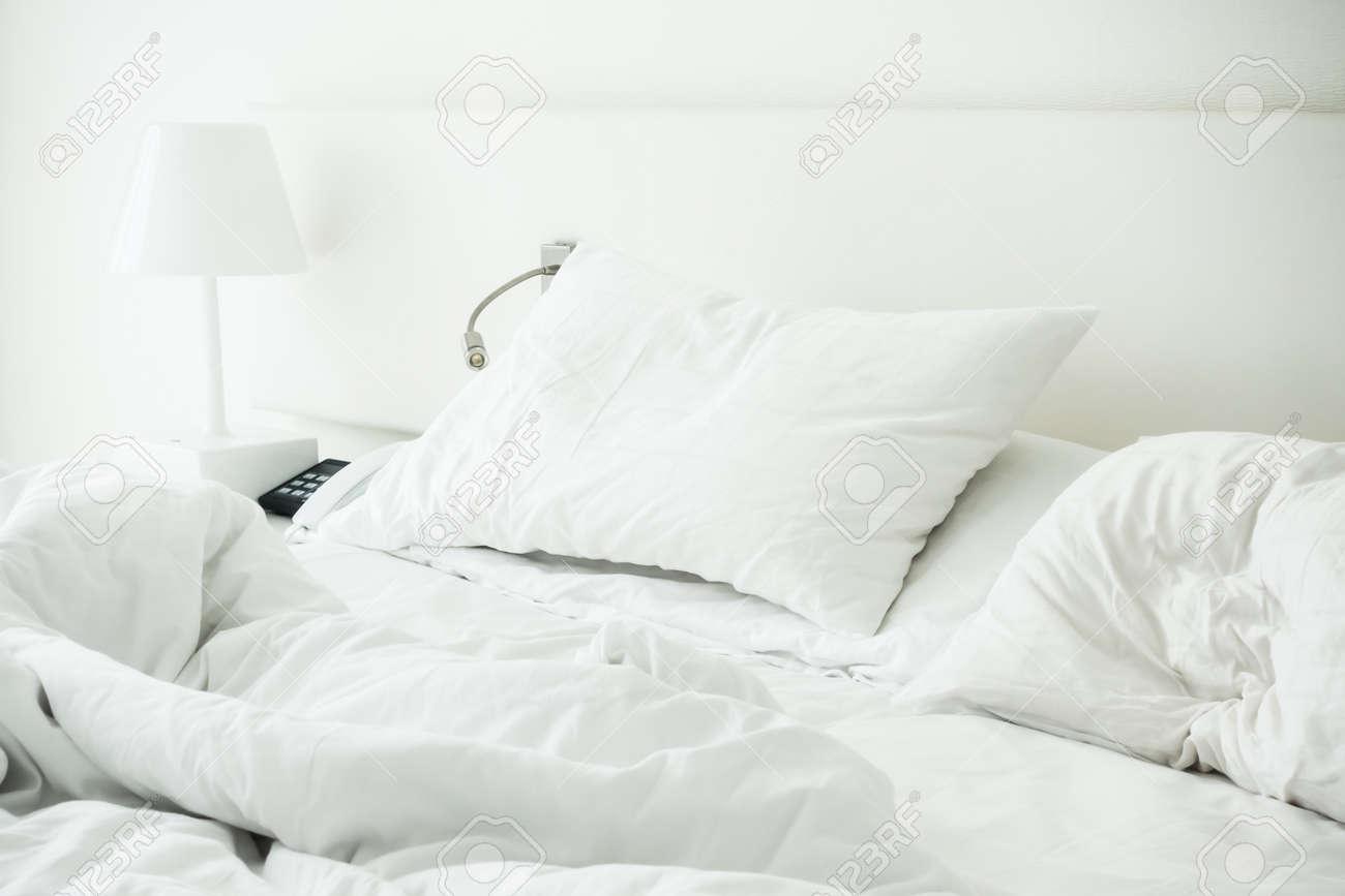 Weisses Kissen Auf Zerwuhlten Bett Dekoration Im Schlafzimmer