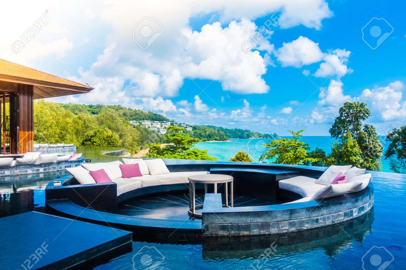 Schone Luxus Terrasse Mit Kissen Auf Dem Sofa Dekoration Im