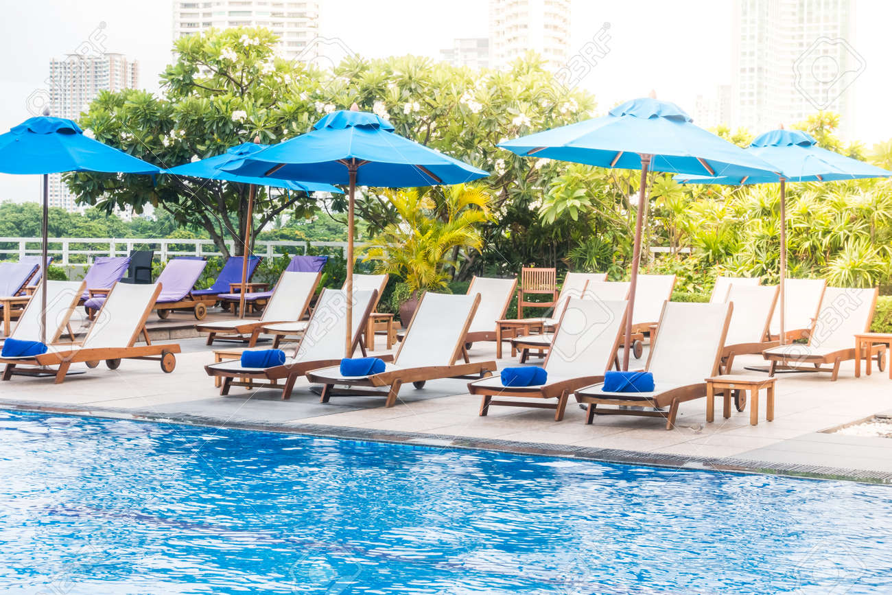 parasol et chaise décoration autour de la piscine dans l'hôtel et la