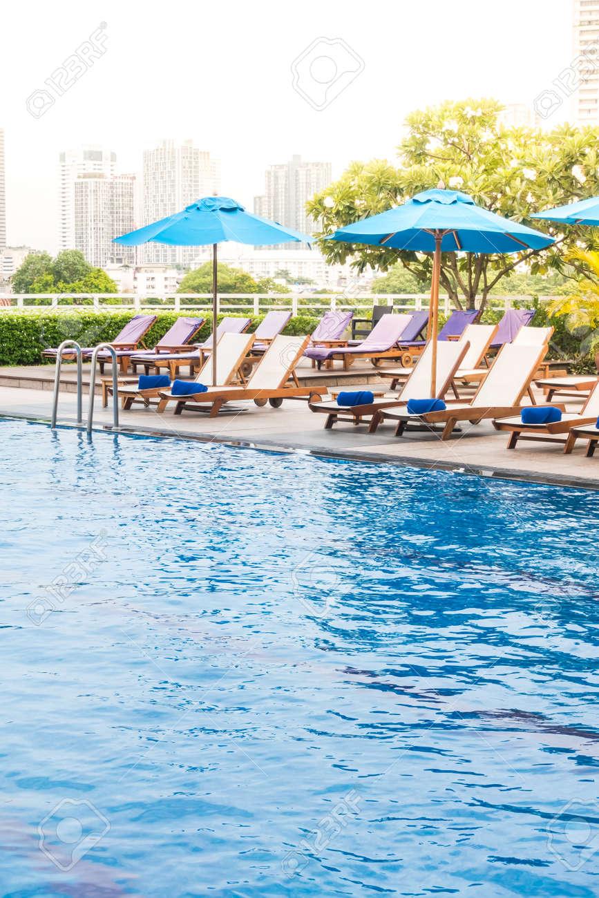 Parasol et chaise décoration autour de la piscine dans l\'hôtel et la  station - effet Sunflare