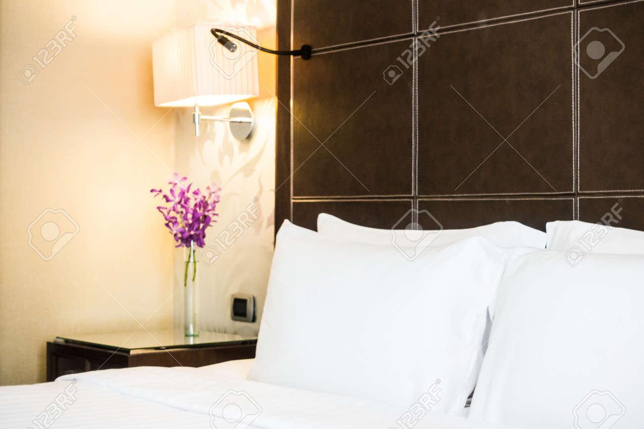Hotel Di Lusso Interni : Immagini stock cuscino bianco sulla decorazione letto in hotel di