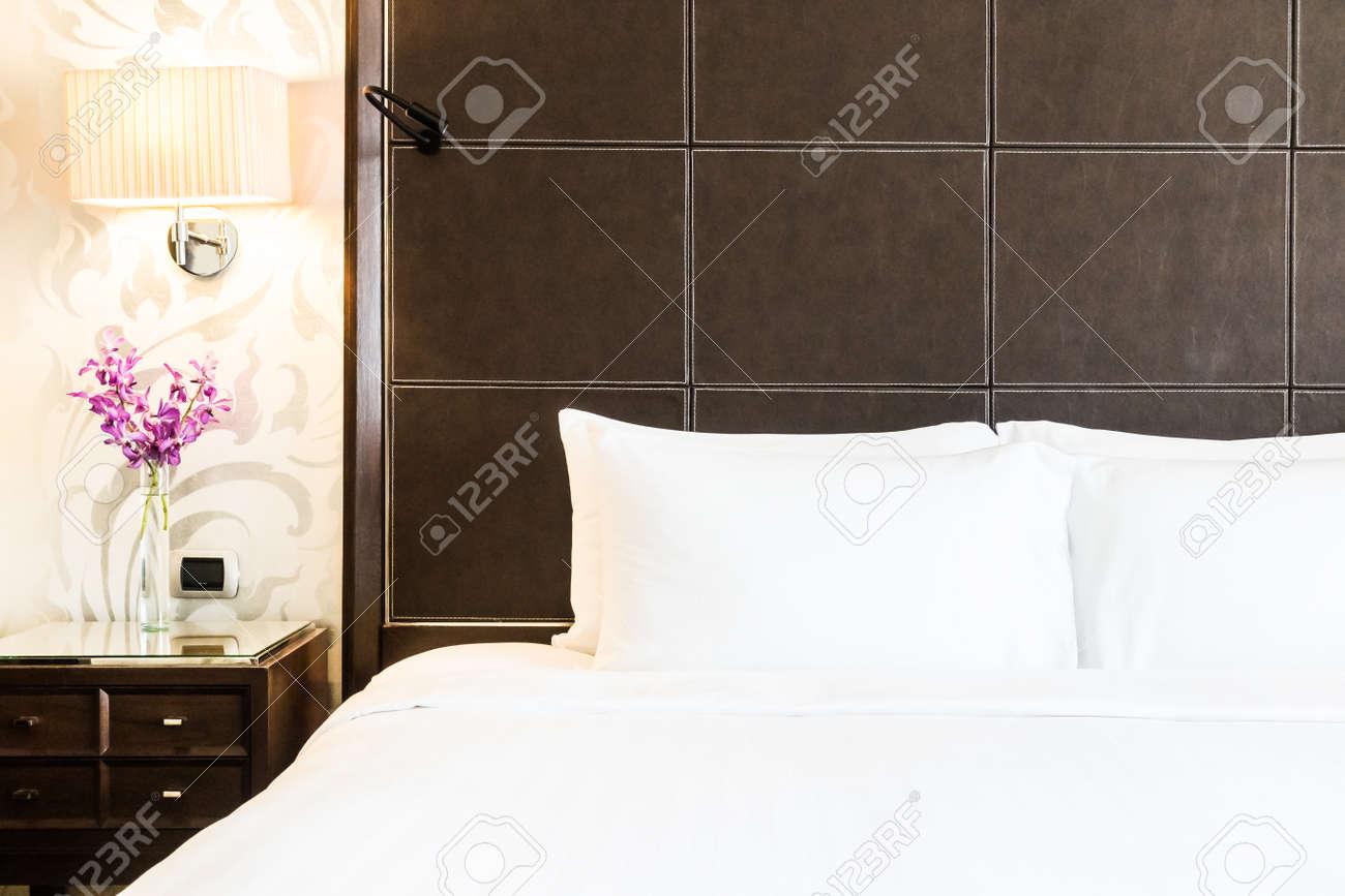 Cuscino Bianco Sulla Decorazione Letto In Hotel Di Lusso Camera Da ...