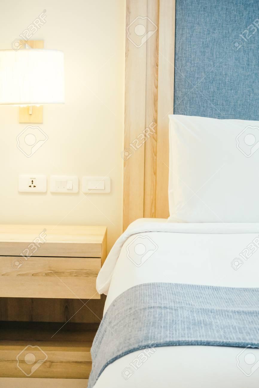 Oreiller blanc sur le lit avec éclairage de lumière décoration intérieur -  chambre douce douce