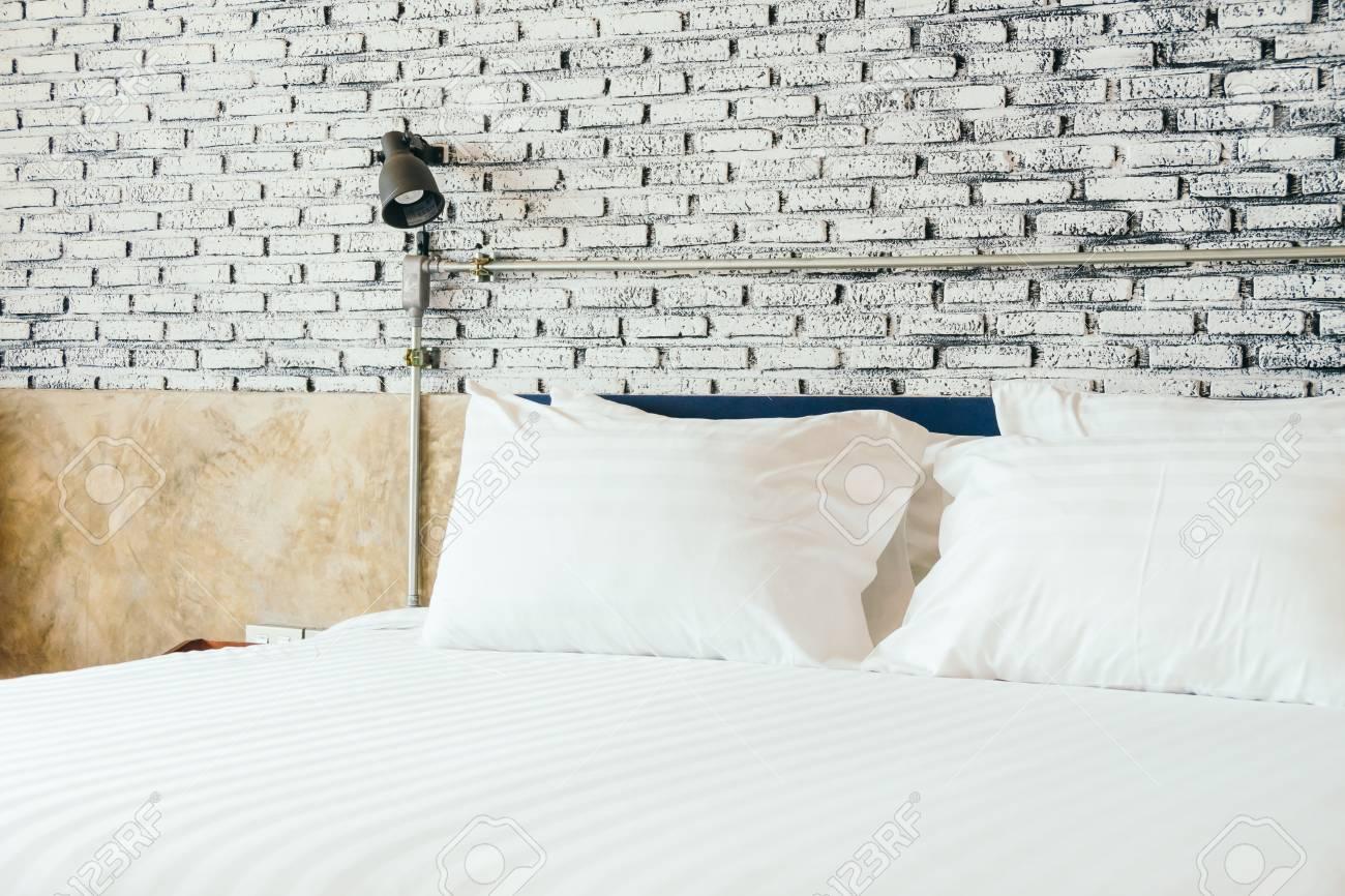 Weisses Kissen Auf Dem Bett Dekoration Im Schlafzimmer Interieur