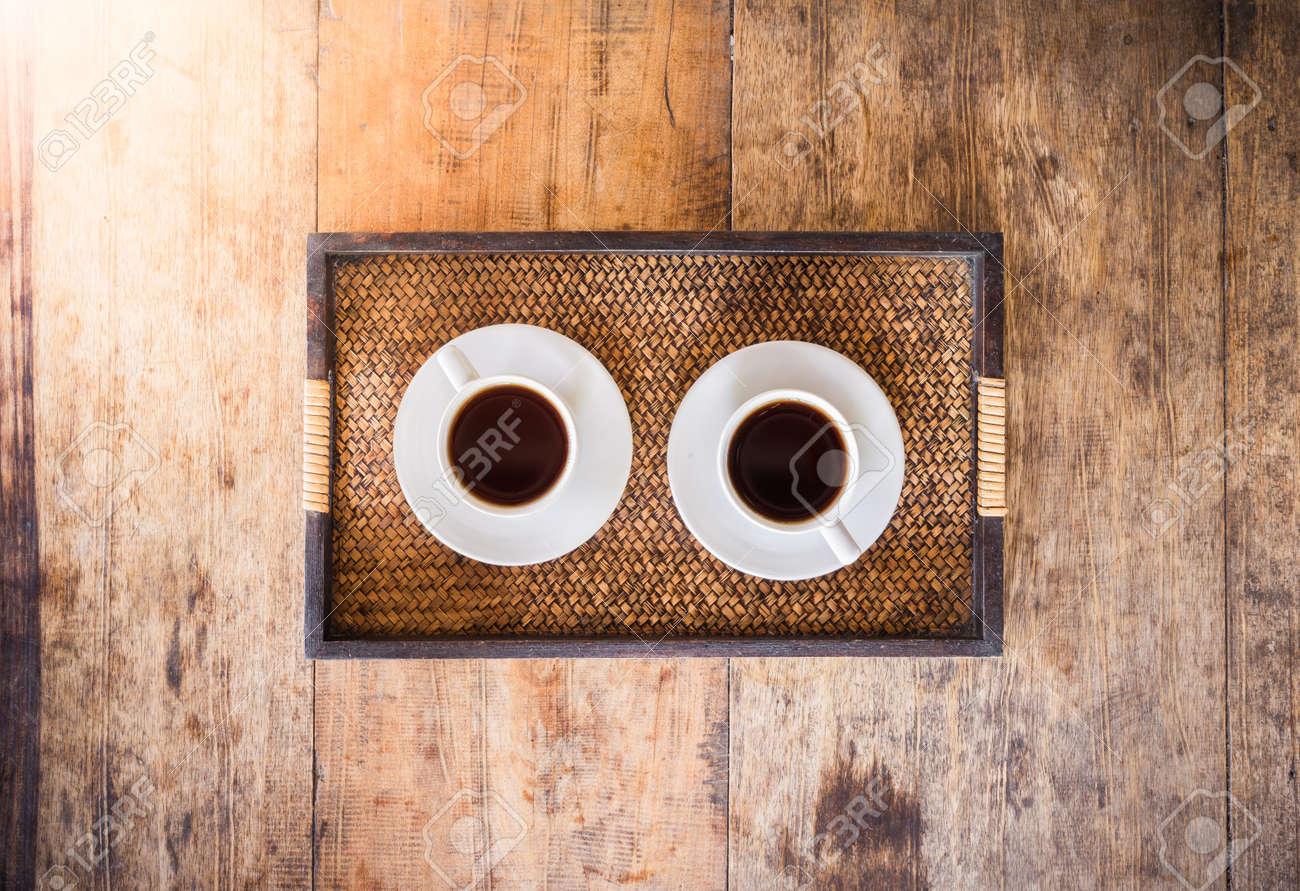 Immagini Stock Due Tazza Di Caffe Su Un Tavolo Di Legno In Vassoio Di Legno La Vista Dall Alto Image 36581345