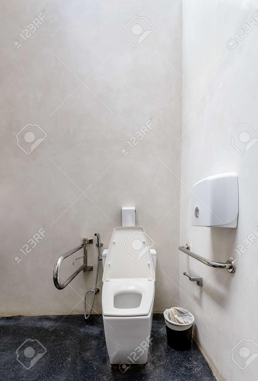 Toilettes modernes avec un design convivial pour les personnes handicapées