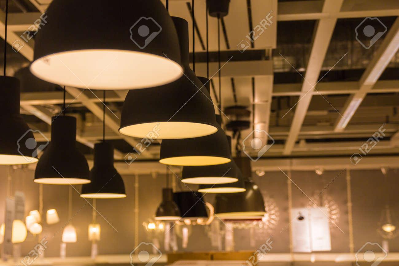Una lampada di illuminazione con le lampadine in casa foto royalty