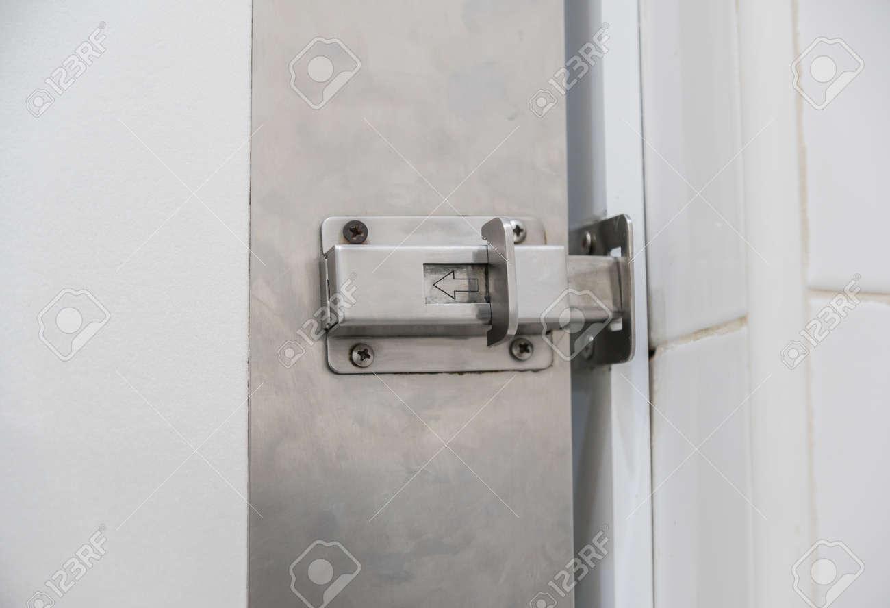 sicherheitsriegel oder verschlossene türen in wohnung. lizenzfreie