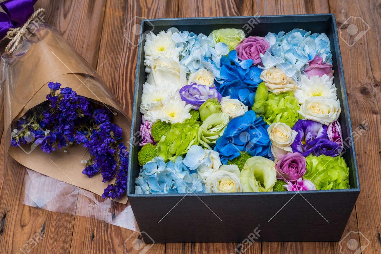 Fleur Dans La Boite Et Bouquet De Fleurs Violettes Banque D Images