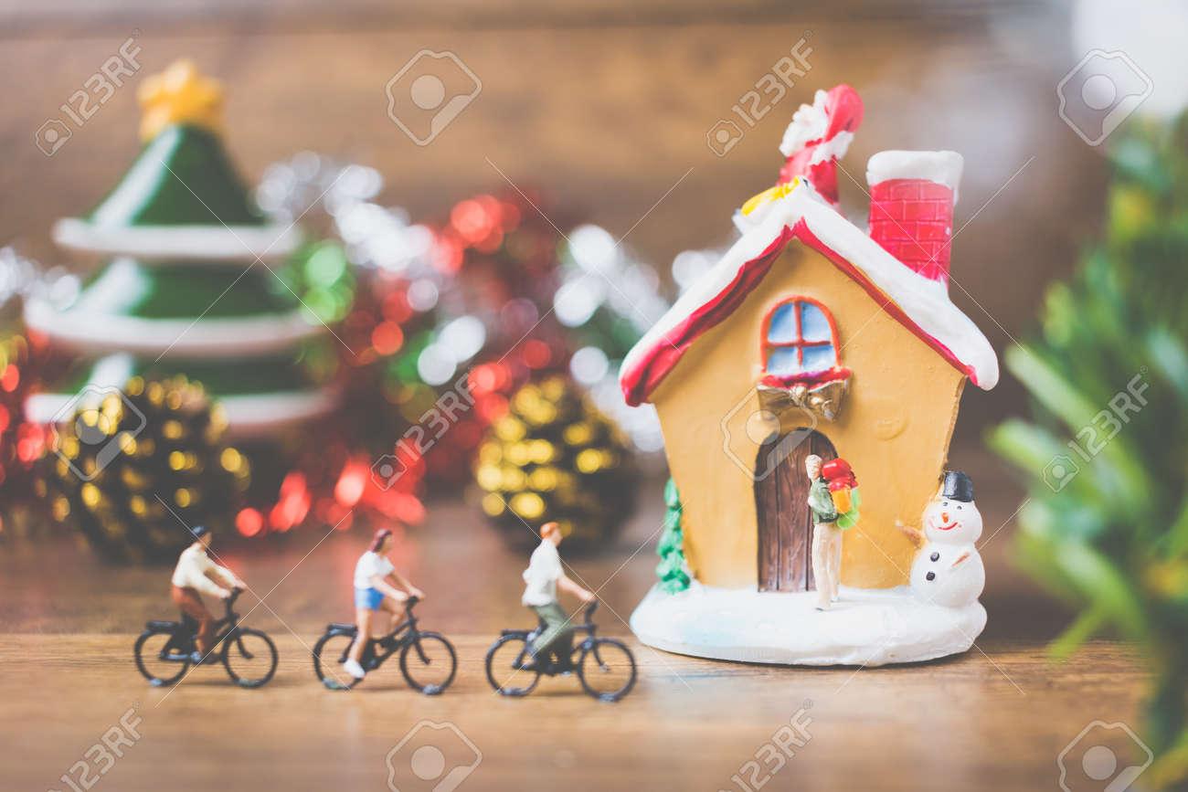 Miniaturleute Im Dorf Feiern Weihnachtstag, Feiertagskonzept. Freude ...