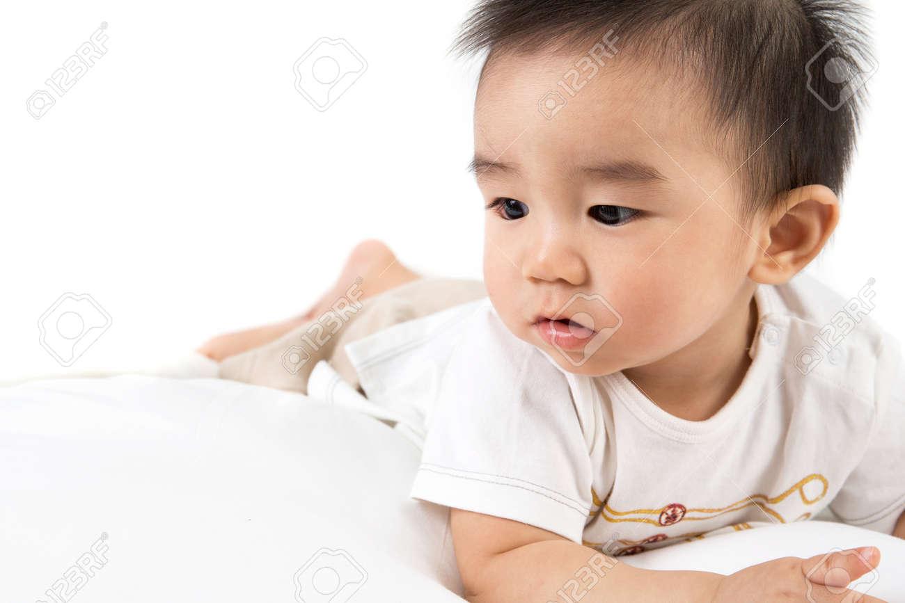 Hermoso Bebé Asiático Lindo Sonriente, Juego De Niño Pequeño En La ...