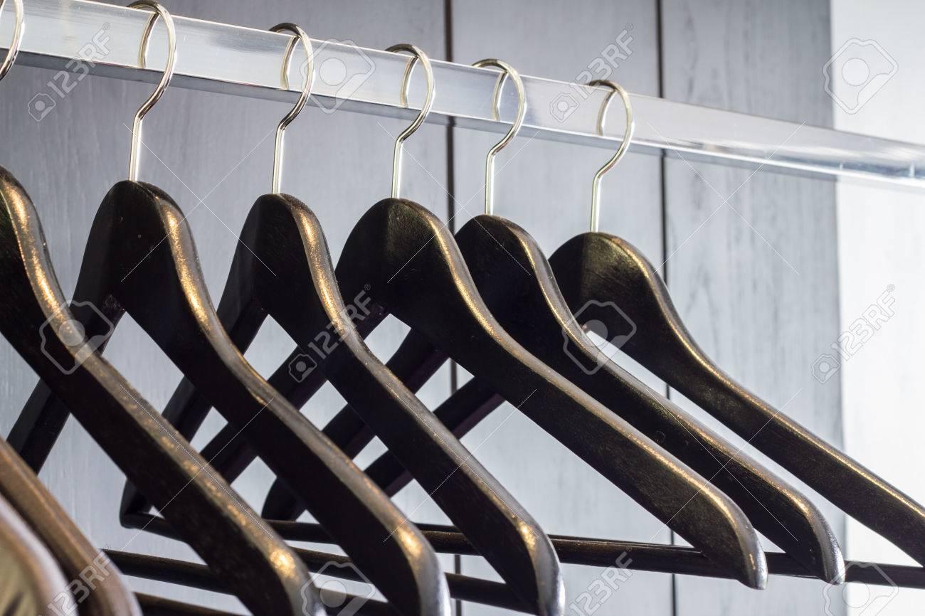 Pour Accrocher Les Vetements cintres en bois pour accrocher les vêtements