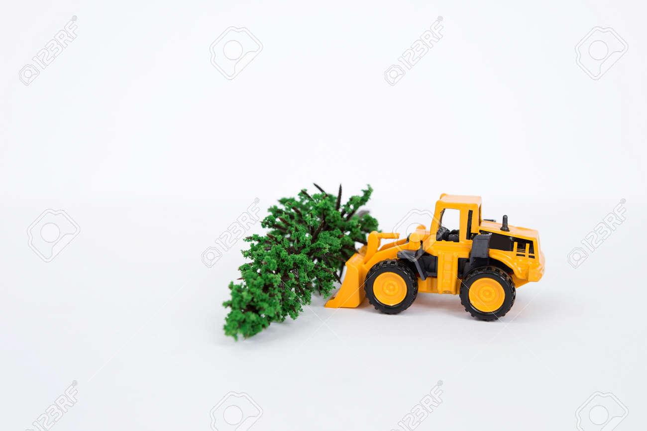 Carro Amarillo Del Cargador Frontal Con El Aislante Verde Del Arbol