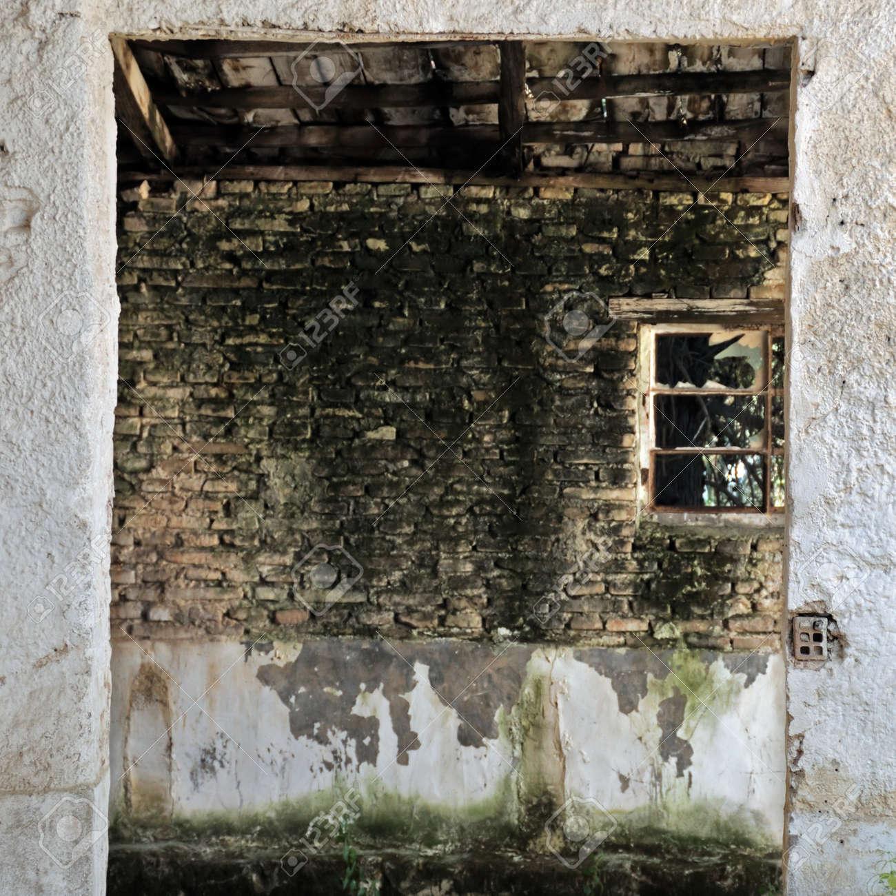 Les Entrepôts Abandonnés Vide Intérieur Fenêtre Brisée Et Mur De Pierre Taillée De Peinture