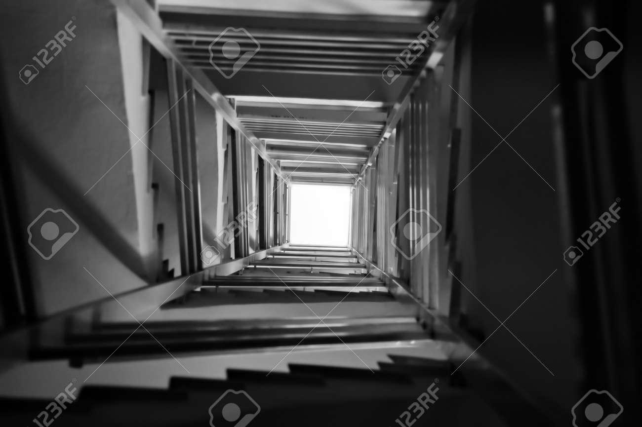 fondo de de escalera espiral perspectiva blanco y negro foto de archivo