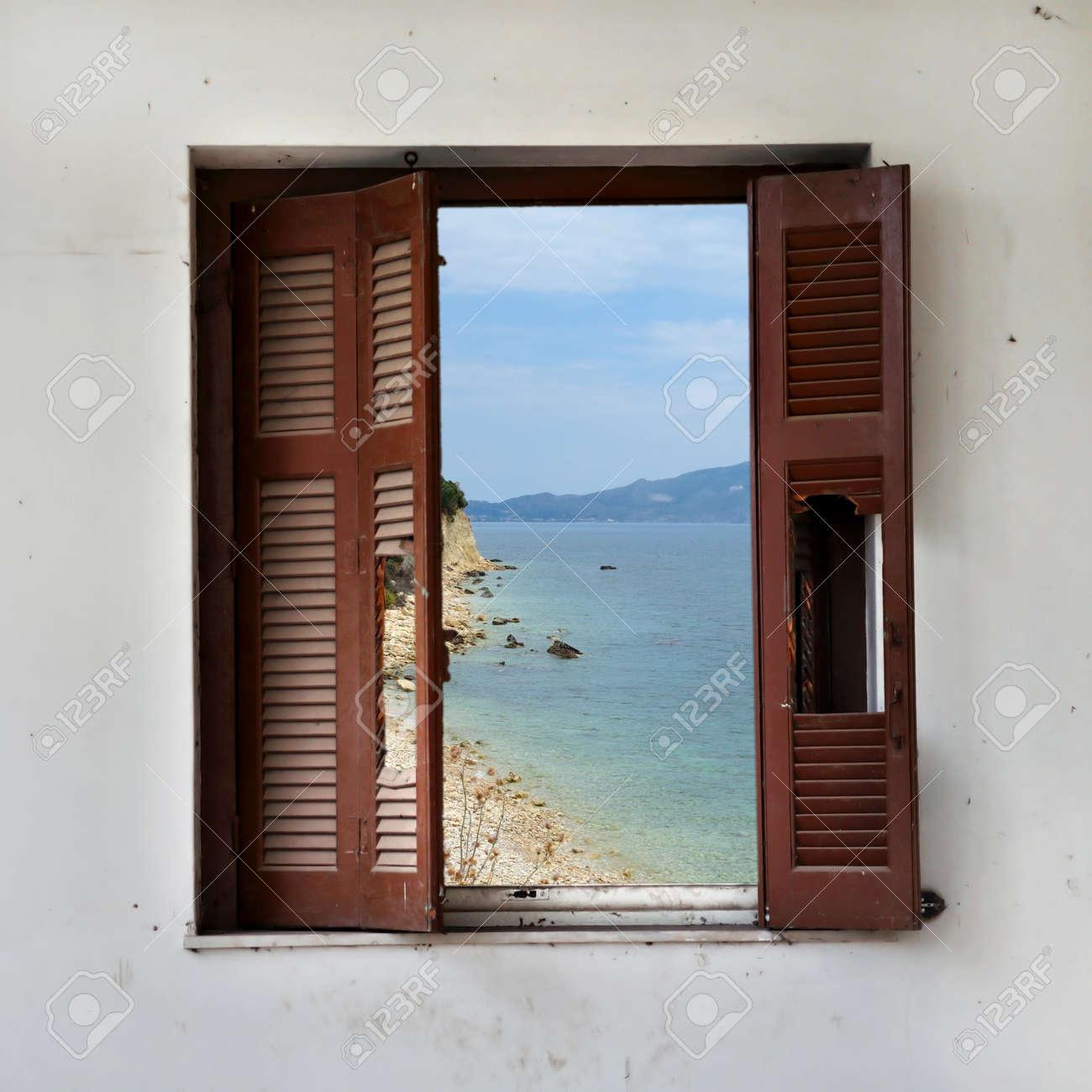 Vista Del Paisaje De La Playa A Través De Marco De La Ventana Rota ...