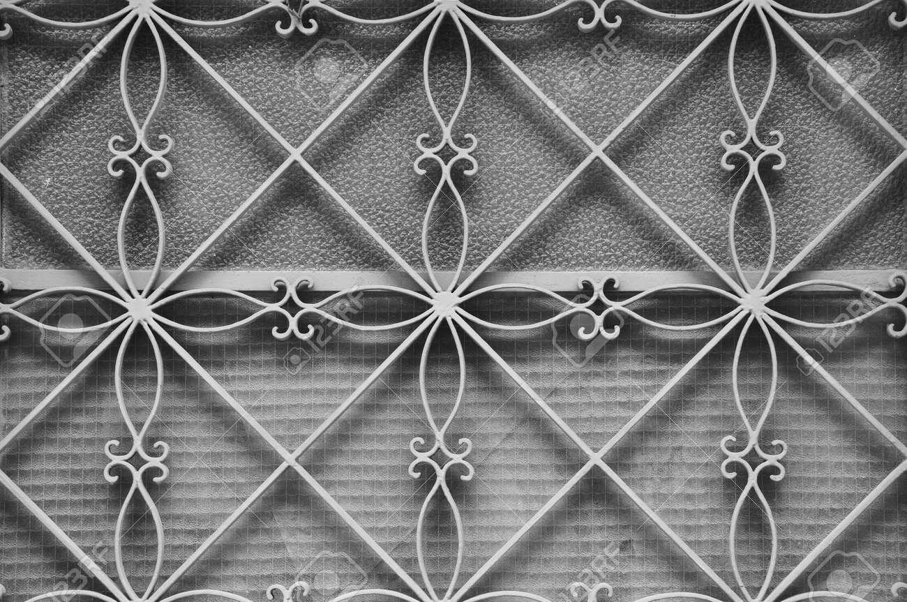 Marco De La Puerta De Metal Antiguo Con El Modelo Floral Geométrica ...