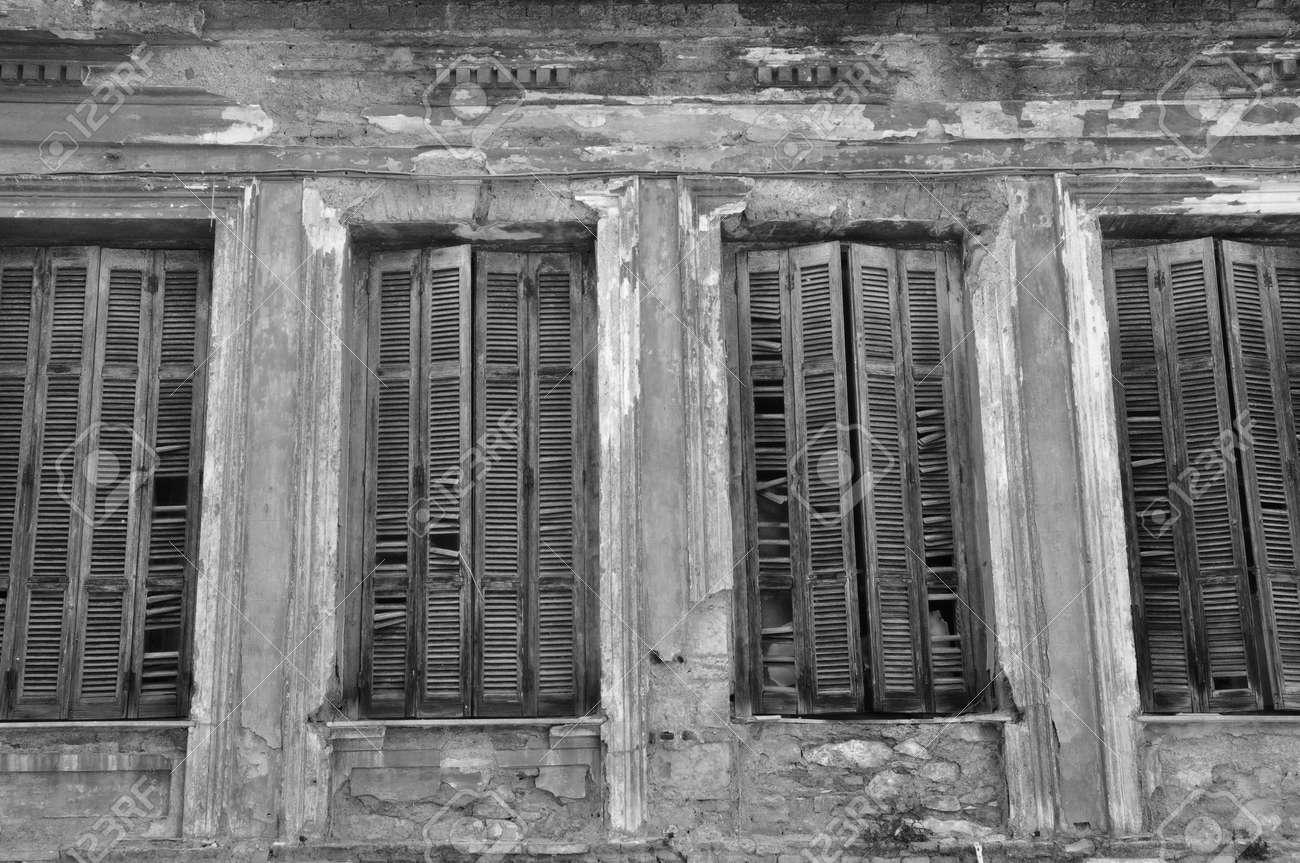 Gebrochene Holzfensterläden Und Strukturierte Wand Eines Verlassenen Hauses  Urban Decay Schwarz Und Weiß Standard Bild