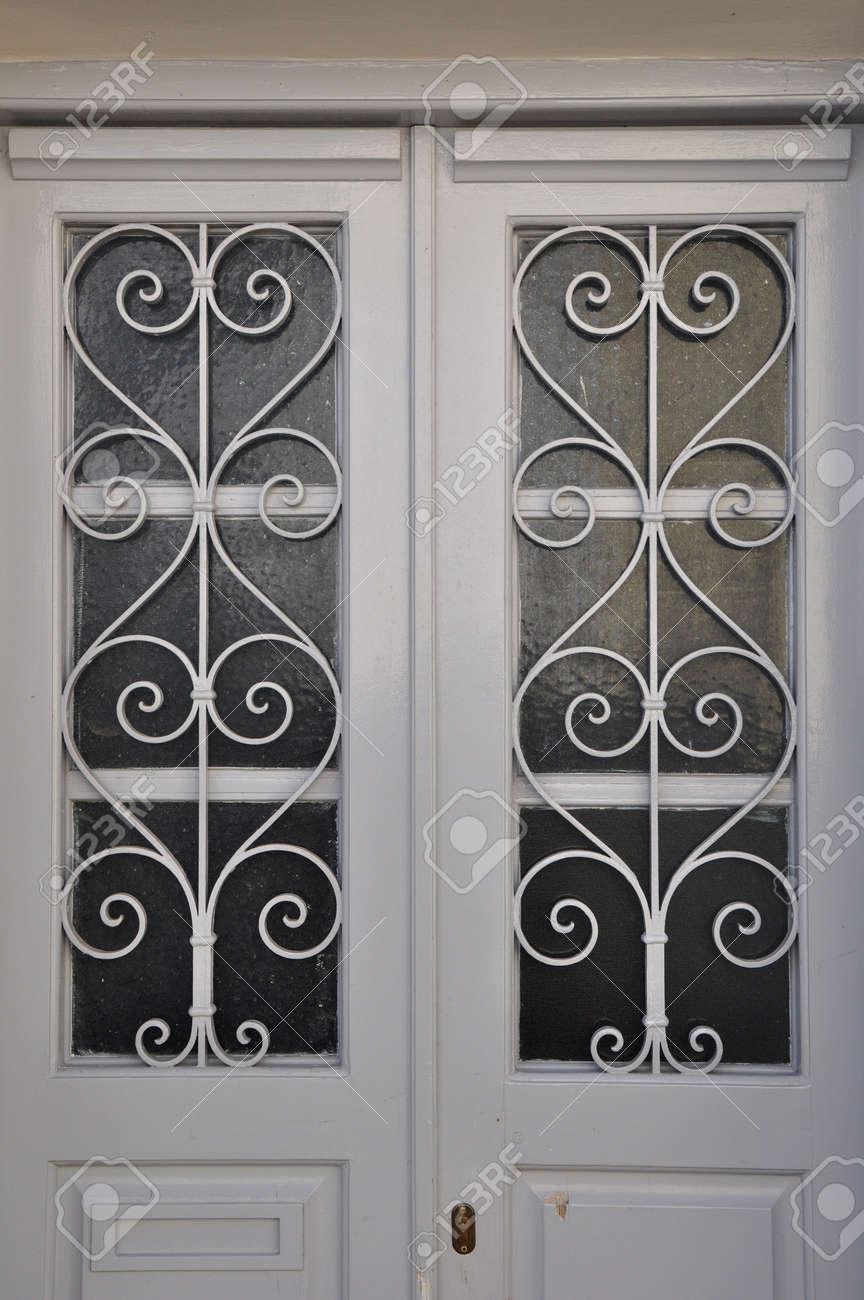 Blanco Marco De La Puerta De Madera Con El Vidrio Y El Patrón De ...