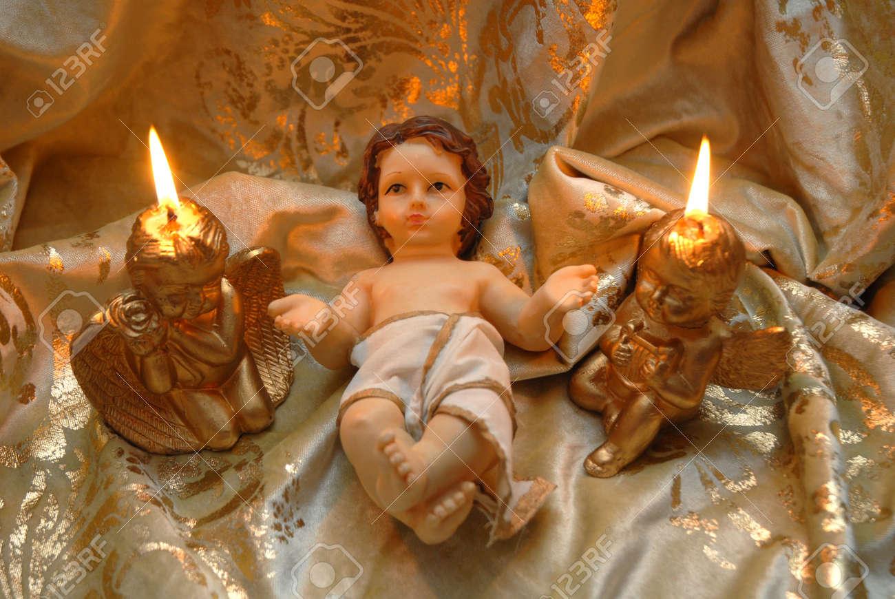 Fotos De Navidad Del Nino Jesus.Tarjeta De Navidad El Nino Jesus Y Dos Velas Encendidas En Un Pano De Oro