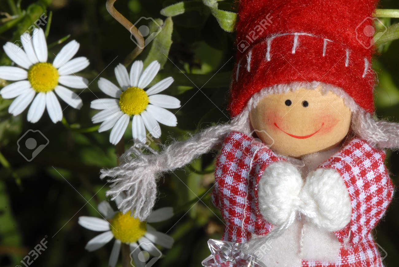 Tarjeta de Navidad, alegre niña santa claus duende con margaritas Foto de archivo - 14813364