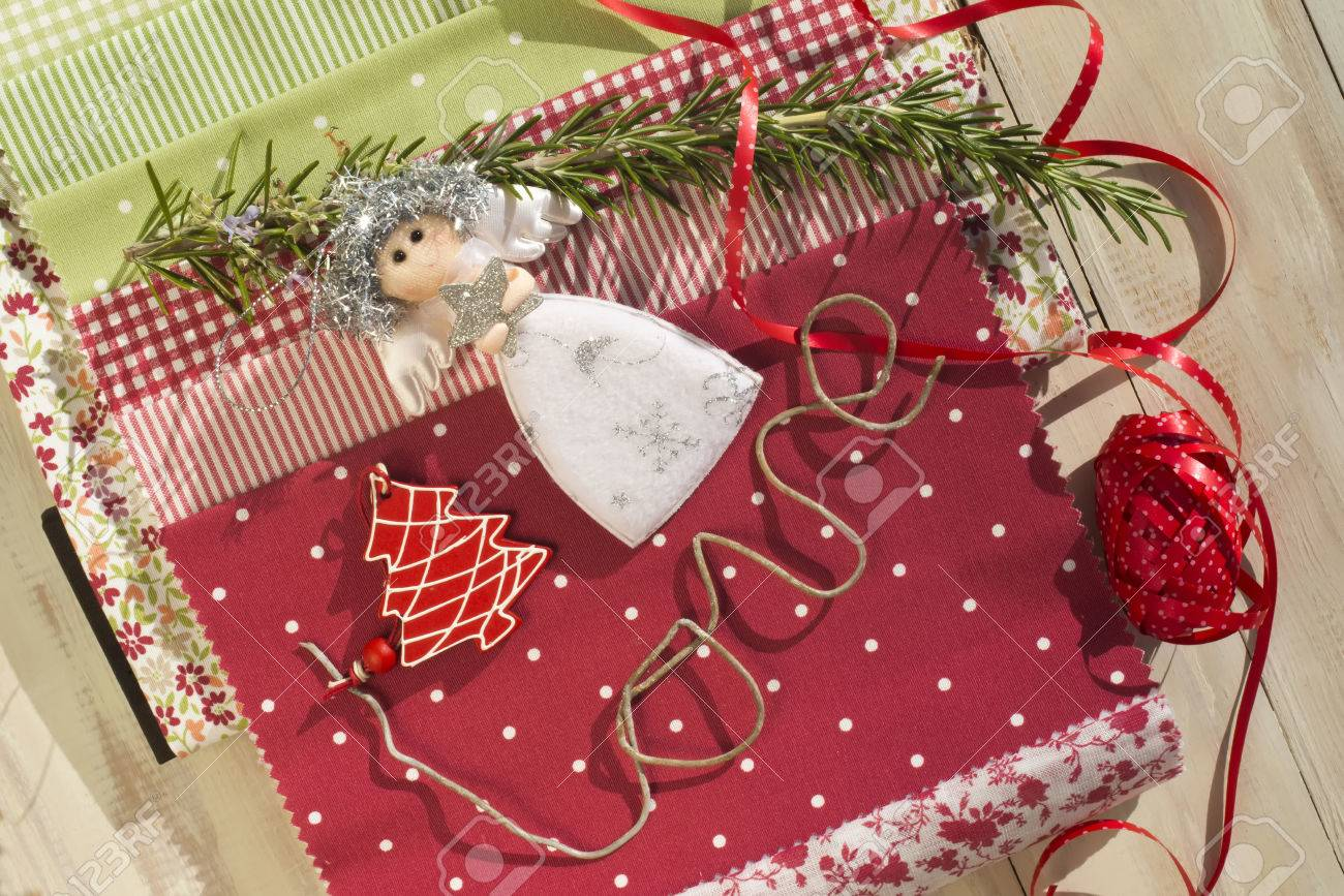 navidad adornos y telas para la decoracin foto de archivo