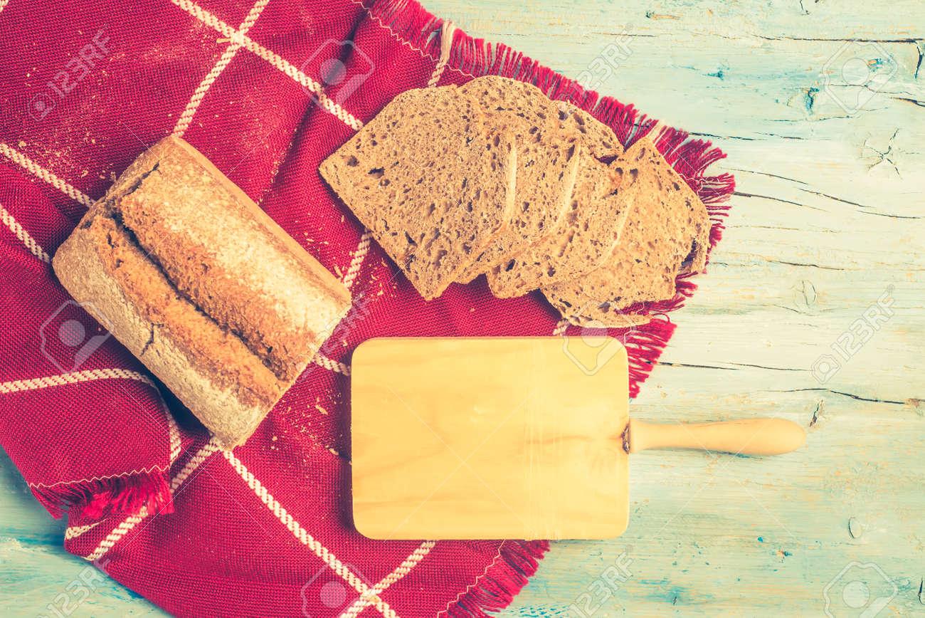 Tavoli Da Cucina Shabby : Pane di farro artigianale fetta sul tavolo da cucina rustico