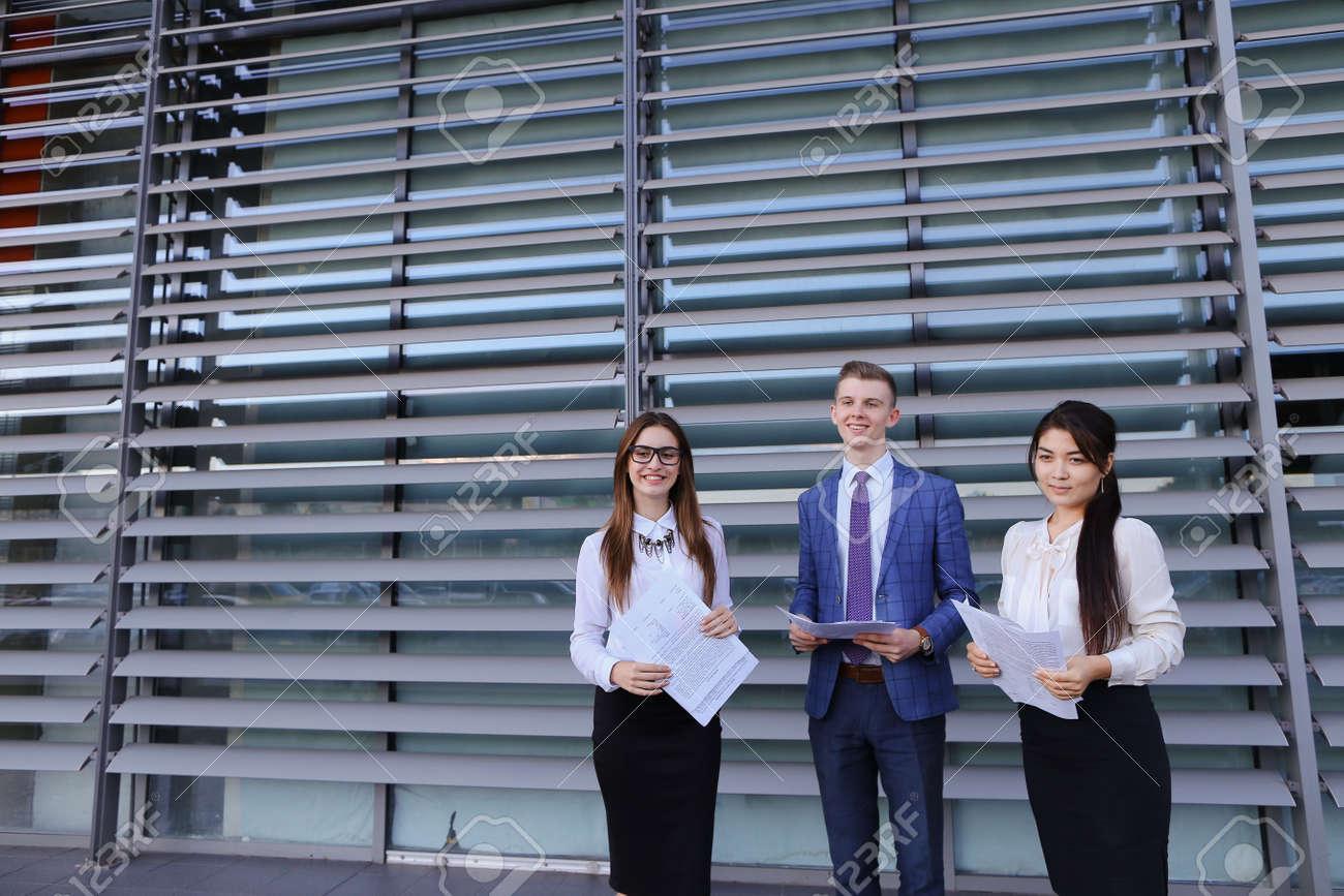 Trois énergique belle jeune homme d affaires novice étudiants