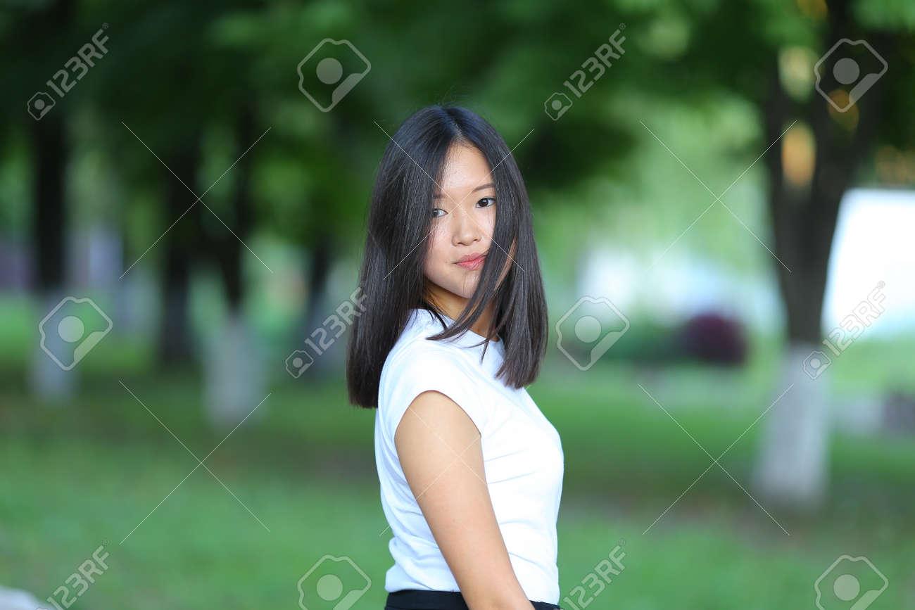 Schwarzes Mädchen fingert weißes Mädchen