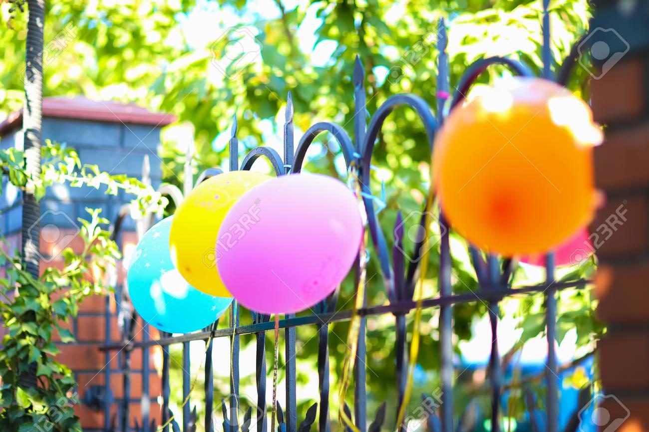 Fragmento Decoración Decoraciones Navideñas Para Niños Cumpleaños Globos Multicolores De Vacaciones Con Cintas Azules Amarillas En La Valla En El