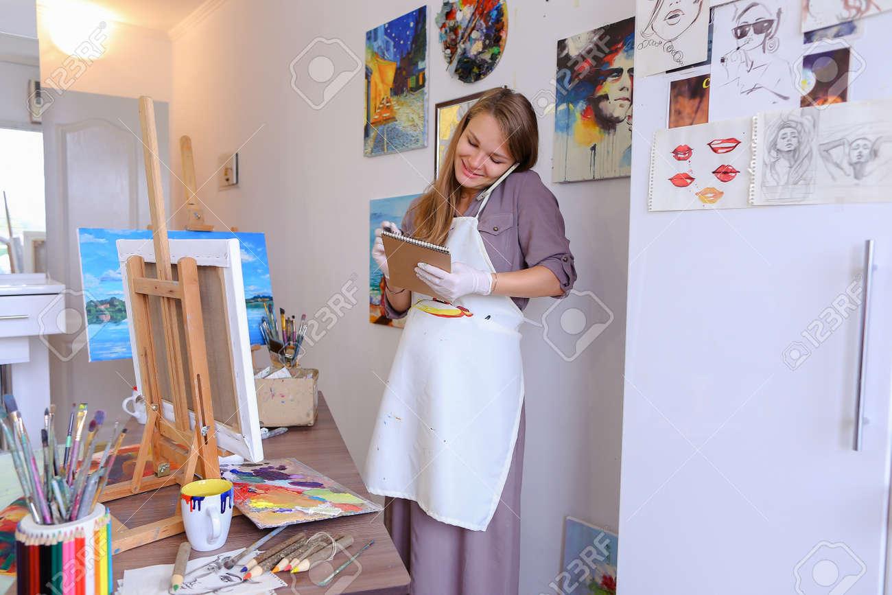 El Pintor Femenino Encantador Ordena Las Cosas Dibujar O Los Marcos ...