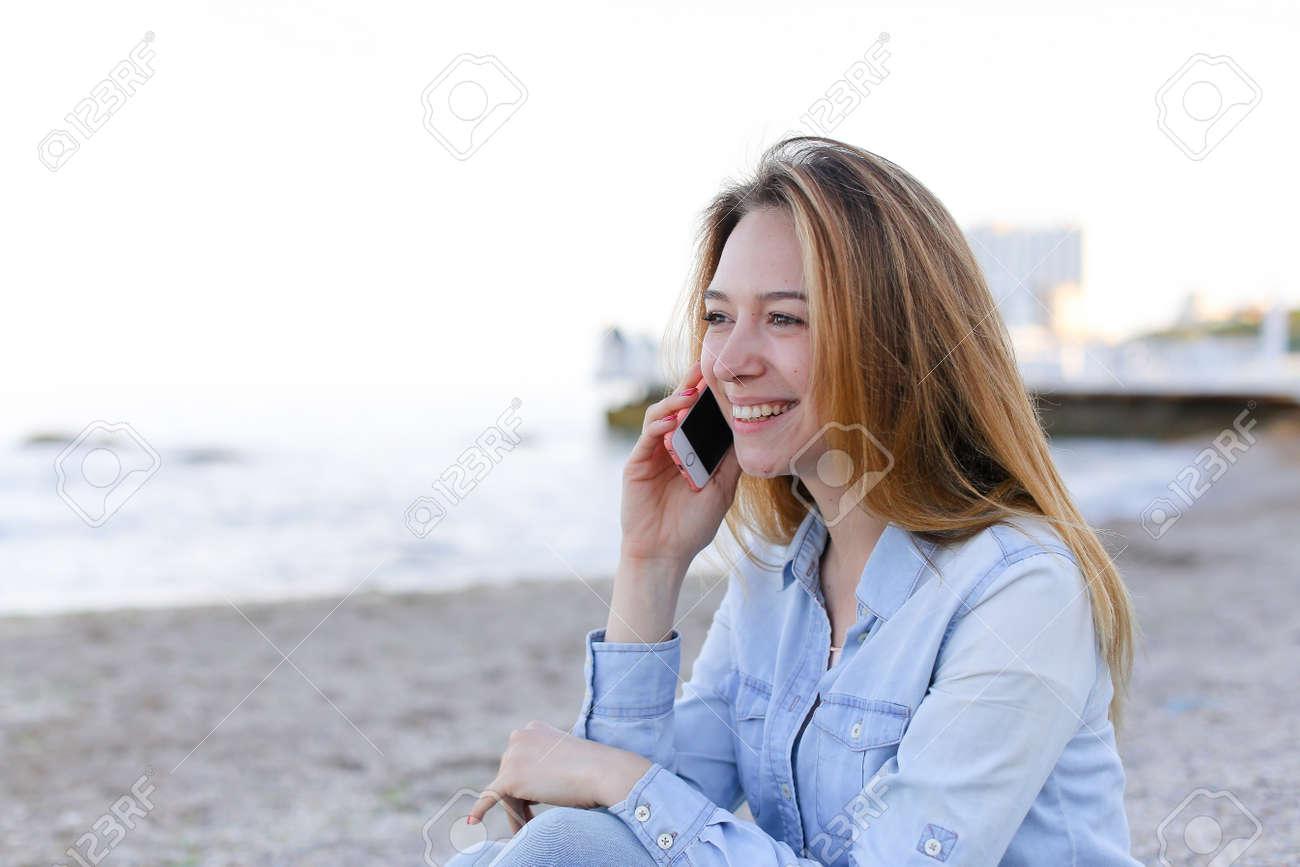 Immagini Stock Ritratto Della Ragazza Che Tiene Telefono Cellulare