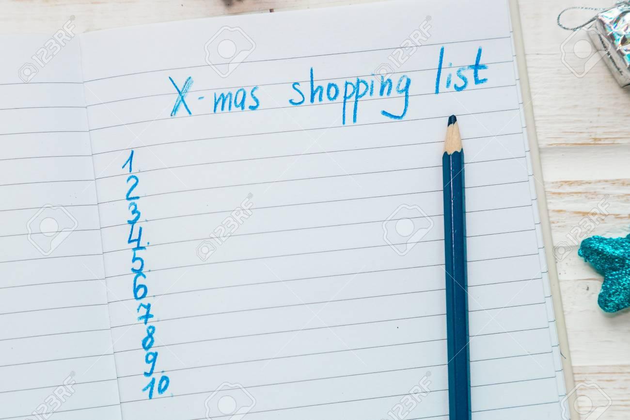 Weihnachtseinkaufsliste Auf Weißem Hölzernem Hintergrund ...