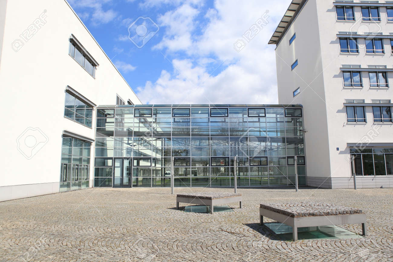 Glass entrance to new modern business centre - 41717348