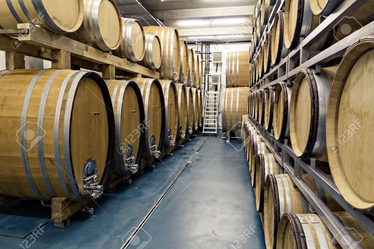 Foto De Archivo   Tradicionales Barriles De Madera Se Utilizan En Las  Bodegas O Sótanos De La Casa Para Almacenar Diferentes Tipos De Bebidas  Como El Vino, ...