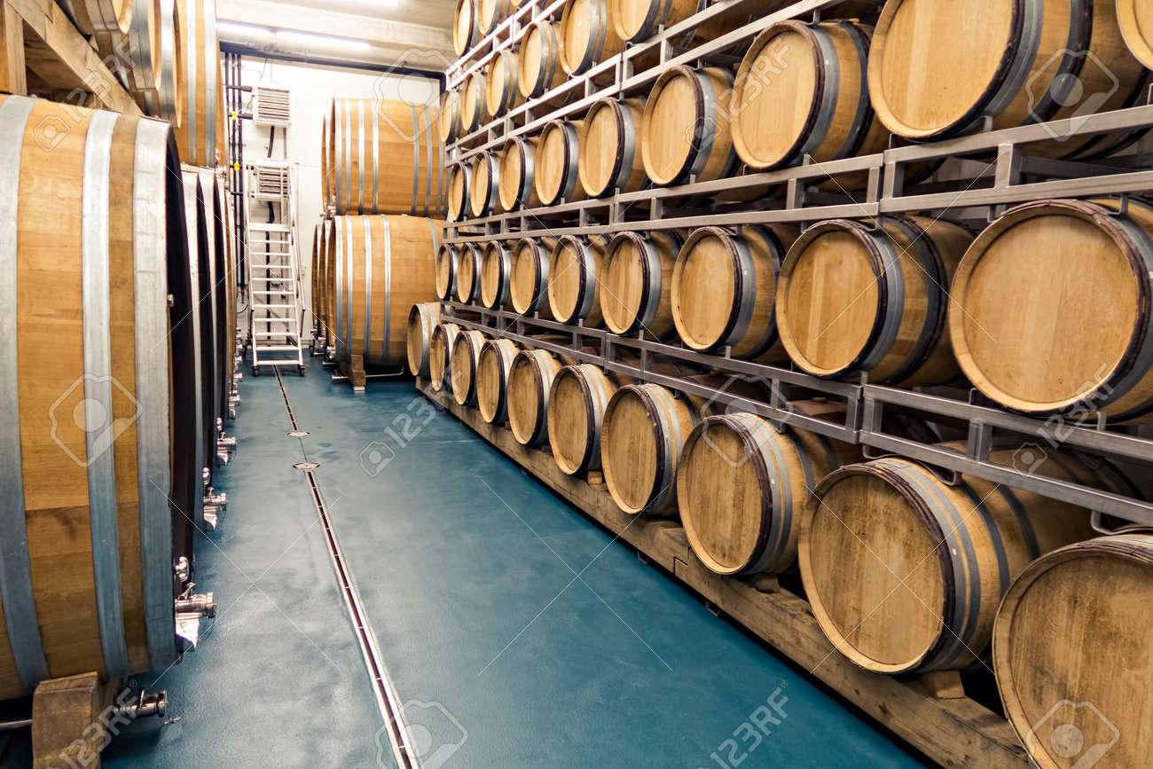 Tradicionales Barriles De Madera Se Utilizan En Las Bodegas O Sótanos De La  Casa Para Almacenar Diferentes Tipos De Bebidas Como El Vino, El Whisky O  El Ron ...