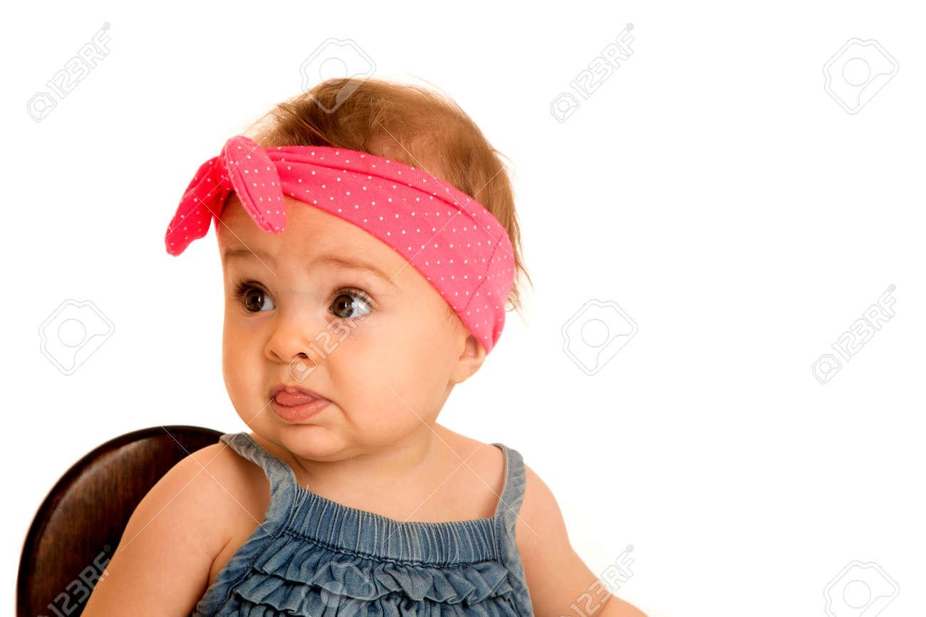 Mooie baby meisje draagt een polka dot hoofdband royalty vrije